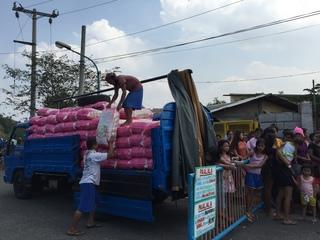 トラックから米をおろす様子の写真3 2015-01-22 12 36 07.jpg